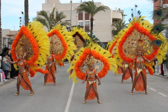 El color y la alegría llenaron las calles de la localidad con el desfile de Carnaval de los adultos, Foto 1