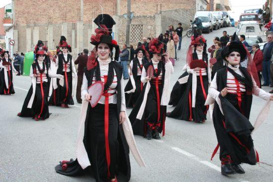 El color y la alegría llenaron las calles de la localidad con el desfile de Carnaval de los adultos, Foto 3