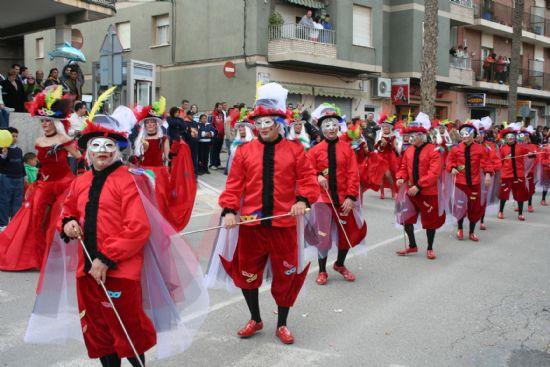 El color y la alegría llenaron las calles de la localidad con el desfile de Carnaval de los adultos, Foto 4