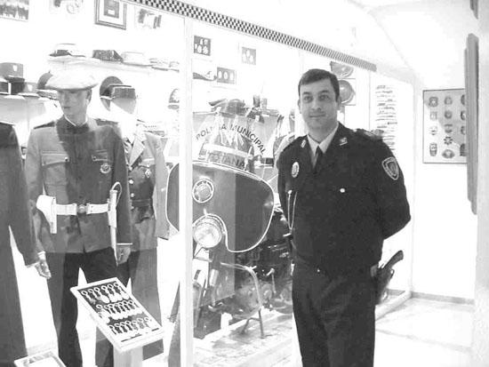 El policía Andrés Martín Gómez recibe el Premio Calidad 2002 que otorga el Consistorio, Foto 1