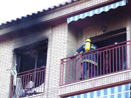 Un incendio causa importantes daños en una vivienda de ecuatorianos de la calle Santa Bárbara, Foto 1