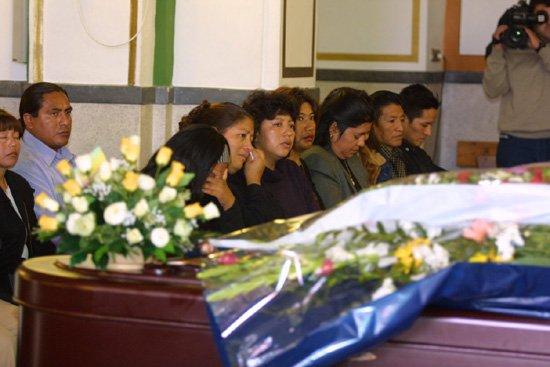 Cerca de doscientas personas dieron el último adiós a la joven ecuatoriana que apareció muerta en su casa, Foto 1
