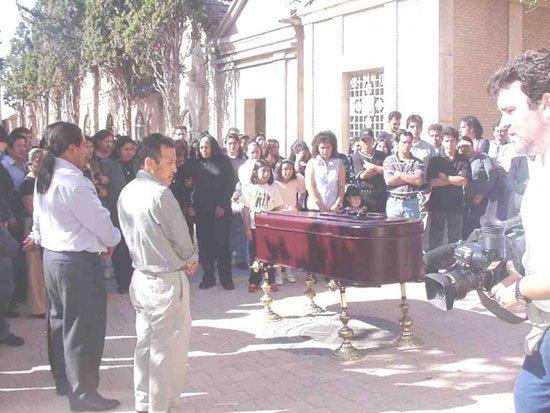 Cerca de doscientas personas dieron el último adiós a la joven ecuatoriana que apareció muerta en su casa, Foto 3