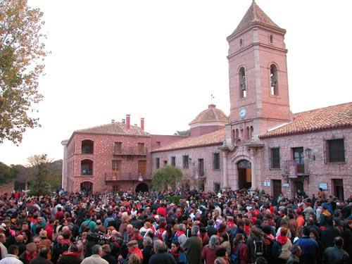 La lluvia acompañó a Santa Eulalia de Mérida en su tradicional bajada de su santuario, Foto 1