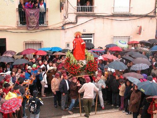 La lluvia acompañó a Santa Eulalia de Mérida en su tradicional bajada de su santuario, Foto 4