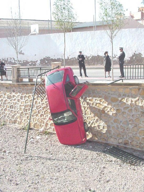 Un turismo cayó al cauce de la rambla de La Santa tras colisionar con otro vehículo en pleno casco urbano, Foto 1