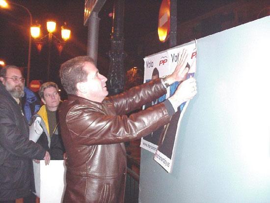 Afiliados y simpatizantes de PP, PSOE e IU abrieron la campaña electoral con la pegada de carteles , Foto 1