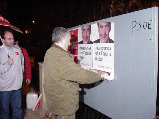 Afiliados y simpatizantes de PP, PSOE e IU abrieron la campaña electoral con la pegada de carteles , Foto 2