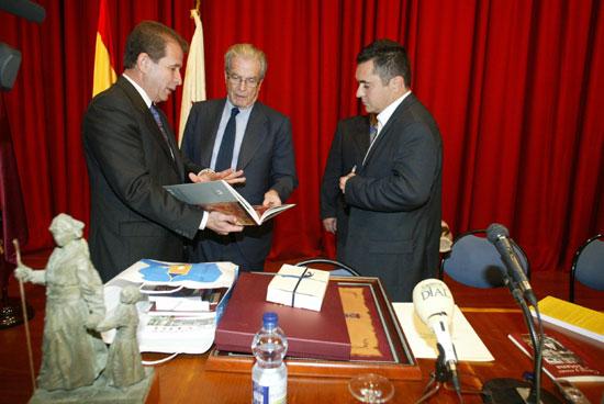 Se celebró el acto de entrega del Escudo de Oro de la Ciudad a título póstumo a Antonio Garrigues y Díaz-Cañabate, Foto 1