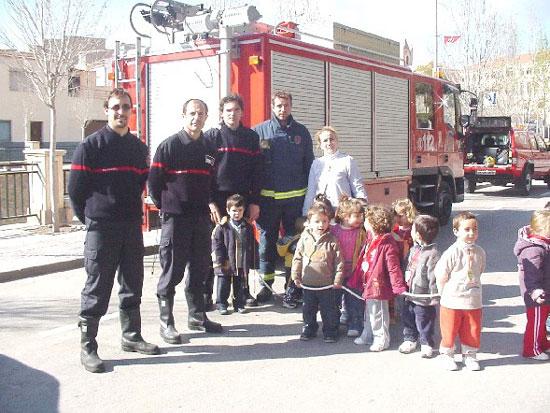 Los más pequeños se familiarizan con los efectivos de emergencia de la localidad, Foto 1