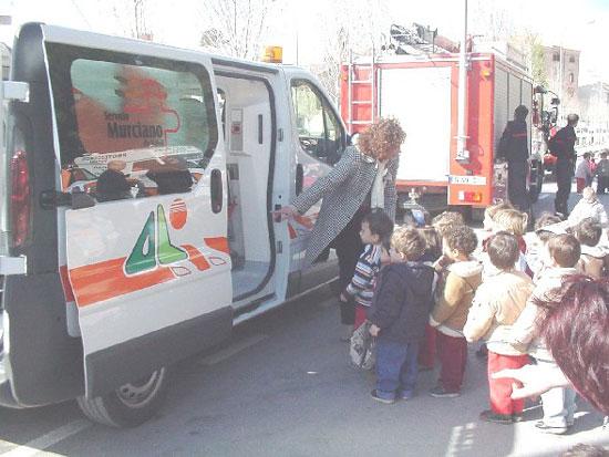 Los más pequeños se familiarizan con los efectivos de emergencia de la localidad, Foto 3