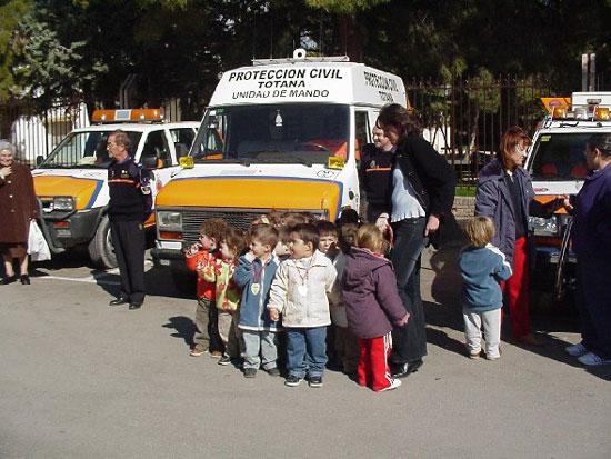 Los más pequeños se familiarizan con los efectivos de emergencia de la localidad, Foto 2